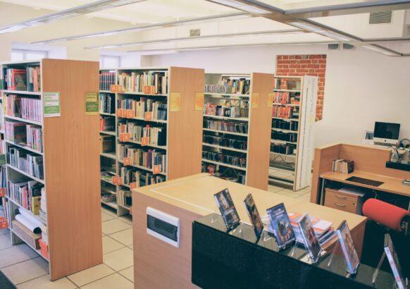 Wnętrze Wypożyczalni Literatury Pięknej i Obcojęzycznej - widok wnętrza od strony ul. Staszica