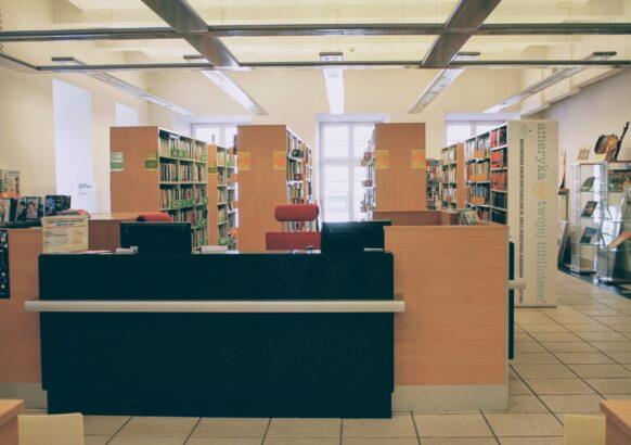 Wnętrze Wypożyczalni Literatury Pięknej i Obcojęzycznej - punkt wypożyczeń i zwrotów, regały z literaturą w języku obcym