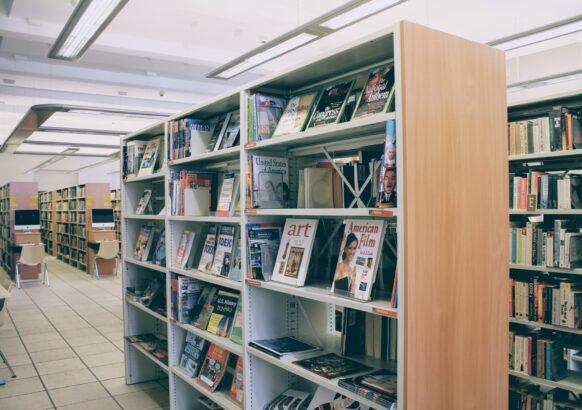 Wnętrze Wypożyczalni Literatury Pięknej i Obcojęzycznej - regały z literaturą w języku angielskim