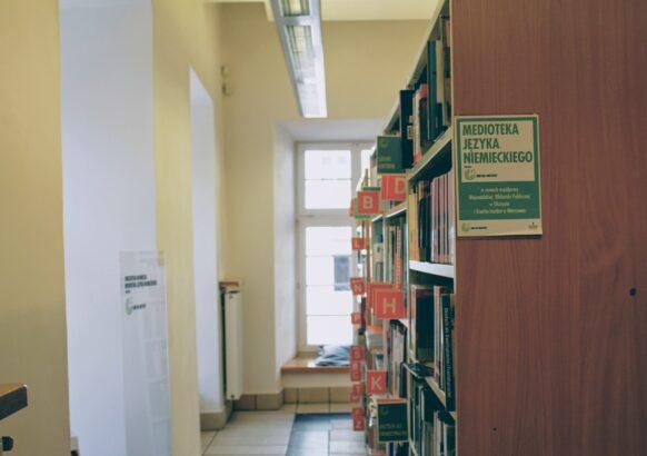 Wnętrze Wypożyczalni Literatury Pięknej i Obcojęzycznej - regały Medioteki Języka Niemieckiego